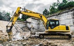 Máquina de la demolición en la acción Imagen de archivo libre de regalías