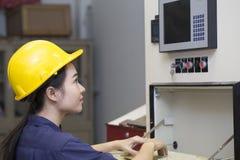 Máquina de la disposición y de prueba del ingeniero de la mujer joven Imágenes de archivo libres de regalías