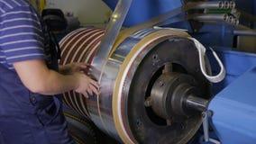 Máquina de la laminación Hoja de metal wraping en una bobina Producción del transformador almacen de video