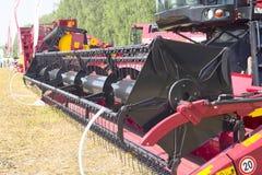Máquina de la máquina segador para cosechar el funcionamiento del campo de trigo Agricultura de la cosechadora que cosecha maduro Foto de archivo libre de regalías