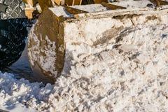 Máquina de la nieve de la retirada de la nieve en el camino en primavera imagen de archivo libre de regalías
