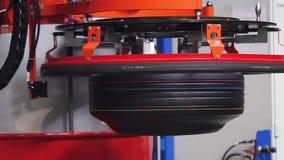 Máquina de la producción del neumático en la fábrica de los neumáticos almacen de video