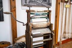 Máquina de lavar antiga do espremedor de roupas na exposição imagens de stock royalty free