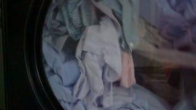 Máquina de lavar com camisas para dentro vídeos de arquivo