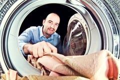 Máquina de lavar da carga do homem Fotos de Stock Royalty Free