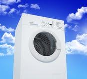 Máquina de lavar e céu azul fotos de stock