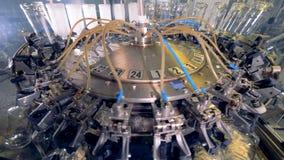 Máquina de lavar grande em uma fábrica filme