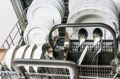 Máquina de lavar louça aberta com os pratos limpos após ter limpado o processo imagem de stock royalty free