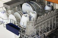 Máquina de lavar louça aberta com pratos limpos - imagem fotos de stock royalty free