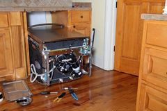 Máquina de lavar louça Appliance que está sendo reparado foto de stock