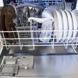 Máquina de lavar louça com pratos limpos Fotografia de Stock