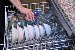 Máquina de lavar louça e pratos fotos de stock