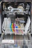 Máquina de lavar louça embalada de pratos limpos fotografia de stock