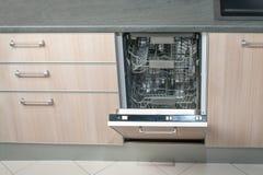 Máquina de lavar louça vazia aberta na cozinha Tecnologia eletrônica esperta moderna das tarefas domésticas fotos de stock royalty free