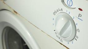 Máquina de lavar oxidada velha Configurando o programa em um fim da máquina de lavar filme