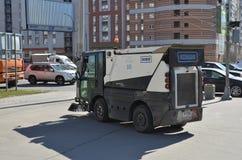 Máquina de lavar que limpa as ruas da capital do norte de Rússia, equipamento de limpeza multifuncional imagens de stock