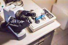 Máquina de lustro do moedor do micrômetro da precisão com um microscópio ótico grande que está perto imagem de stock