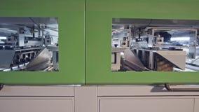 Máquina de lustro de madeira automatizada em uma instalação de manufatura da mobília filme