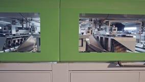 Máquina de lustro de madeira automatizada em uma instalação de manufatura da mobília vídeos de arquivo