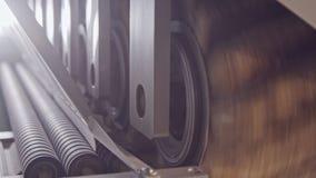 Máquina de lustro de madeira automatizada em uma instalação de manufatura da mobília video estoque