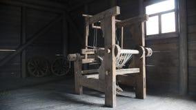 Máquina de madeira do tear da idade avançada - maquinaria manualmente operada do moinho Imagem de Stock