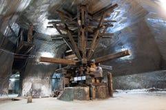 Máquina de madeira histórica da extração de sal imagens de stock royalty free