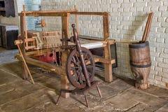 Máquina de madera del telar de la edad avanzada rumana Fotos de archivo libres de regalías