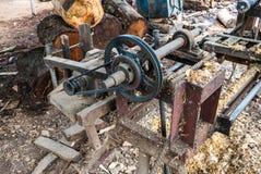 Máquina de madera hecha casera vieja del torno en el campo de Tailandia imágenes de archivo libres de regalías