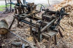 Máquina de madera hecha casera vieja del torno en el campo de Tailandia fotografía de archivo libre de regalías