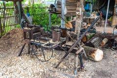 Máquina de madera hecha casera vieja del torno en el campo de Tailandia imagenes de archivo
