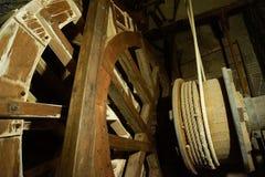Máquina de madera de la rueda de la tecnología de la mina de sal vieja imagenes de archivo