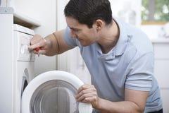 Máquina de Mending Domestic Washing del ingeniero Fotos de archivo libres de regalías