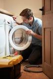 Máquina de Mending Domestic Washing del ingeniero Foto de archivo libre de regalías