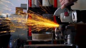 A máquina de moedura angular está cortando o metal vídeos de arquivo