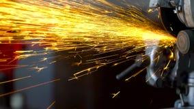 A máquina de moedura angular está cortando o metal video estoque