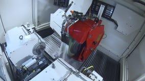 Máquina de moedura com refrigerar de água Máquina industrial na oficina na planta vídeos de arquivo