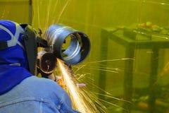 A máquina de moedura da mão do uso do trabalhador da habilidade Foto de Stock