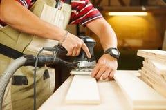 A máquina de moedura excêntrica faz o lustro de madeira da prancha da barra Foto de Stock Royalty Free