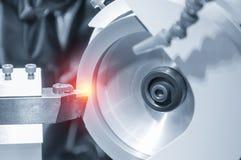 A máquina de moedura quando moagem a ferramenta de corte do lath Foto de Stock