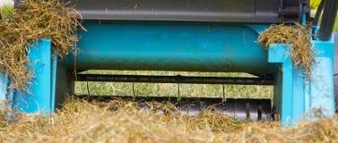 Máquina de Operating Soil Aeration del jardinero en césped de la hierba Imágenes de archivo libres de regalías
