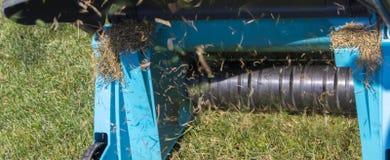 Máquina de Operating Soil Aeration del jardinero en césped de la hierba Imagenes de archivo