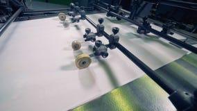 Máquina de papel da produção Processamento de recursos secundários Os rolos da máquina movem o papel em um transporte, fim vídeos de arquivo