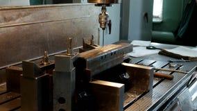 A máquina de perfuração fura uma abertura em um workpiece do metal, a fabricação de peças e os conjuntos, produção e video estoque