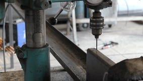 Máquina de perfuração industrial do torno do metal do ferro video estoque