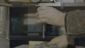 A máquina de perfuração processa o metal, cortou a forma video estoque
