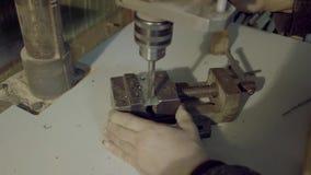 A máquina de perfuração processa o metal, cortou a forma vídeos de arquivo