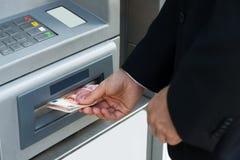 Máquina de Person Withdrawing Money From Atm fotos de archivo