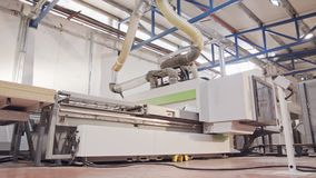 Máquina de processamento de madeira automatizada em uma instalação de manufatura da mobília filme