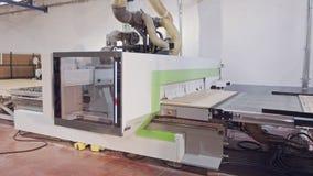Máquina de processamento de madeira automatizada em uma instalação de manufatura da mobília video estoque