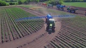 Máquina de pulverização que molha o campo agrícola Molhar da agricultura da opinião do zangão filme